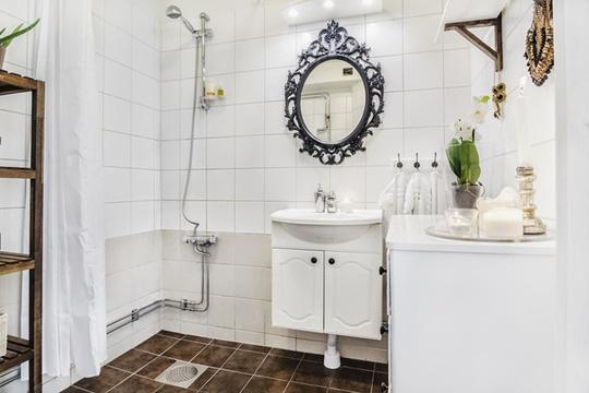 Căn phòng tắm trông rất rộng rãi nhờ màu sắc nhẹ nhàng và cách bày trí đơn giản.