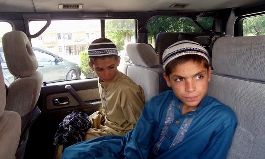 Hai anh em Shoaib và Abdul Rashid tỏ ra khỏe mạnh vào ban ngày. Ảnh: Dawn