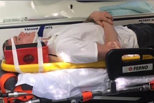 Paul Konchesky bất động khi được đưa đi cấp cứu