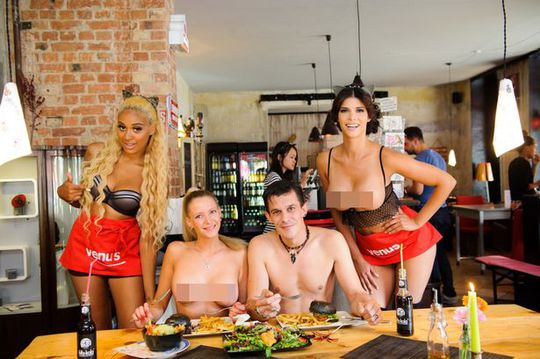 Các thực khách được ăn miễn phí nếu chịu khỏa thân 100%. Ảnh: Photoshoot
