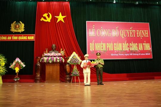 Đại tá Nguyễn Viết Lợi trao quyết định bổ nhiệm Đại tá Nguyễn Đức Dũng (trái)