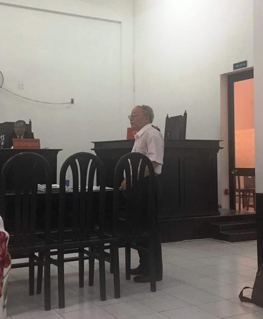 Nguyên đơn trả lời thắc mắc của luật sư tại tòa