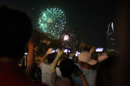Nhiều người dân đến xem pháo hoa và chụp ảnh bằng điện thoại để lưu giữ hình ảnh đẹp trong ngày Quốc khánh 2-9