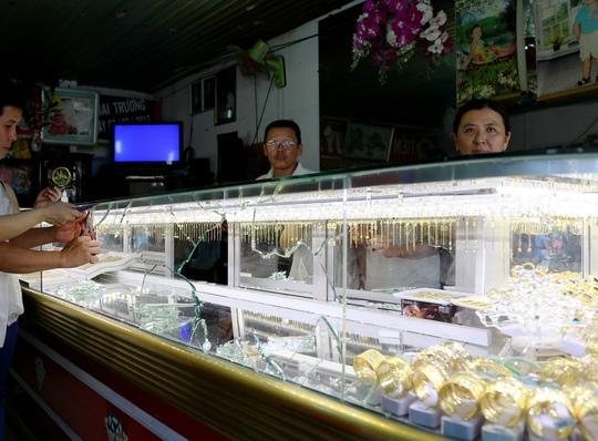 Tủ kiếng tiệm vàng Huỳnh Hoa (Bình Dương) bị đập vỡ