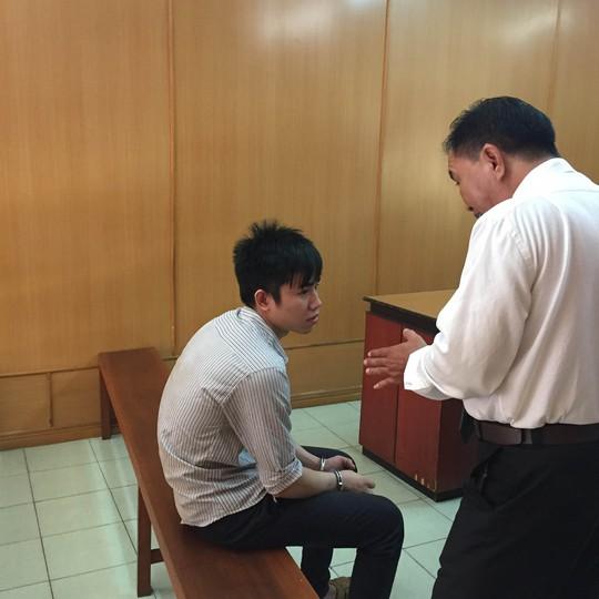 Luật sư động viên Phạm Đức Chung trước giờ tuyên án