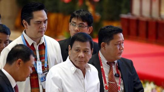 Tổng thống Philippines Rodrigo Duterte (giữa) tại hội nghị ASEAN ở Lào hôm 6-9. Ảnh: EPA