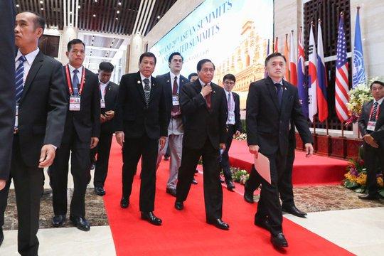 Tổng thống Duterte đóng bộ vest chỉnh tề hôm 7-9 tại hội nghị ASEAN. Ảnh: Inquirer