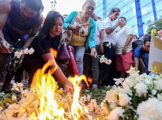 Người dân Philippines đặt hoa tưởng niệm các nạn nhân trong vụ nổ ở TP Davao Ảnh: AP
