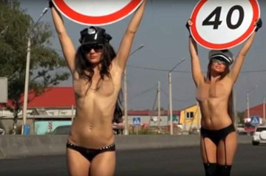Chiến dịch an toàn đường bộ Avtodrizhenia đưa ra cuộc thử nghiệm trên với lý do hầu hêt mọi tài xế đều chạy chậm lại để chiêm ngưỡng các người đẹp. Ảnh: DAILY MAIL