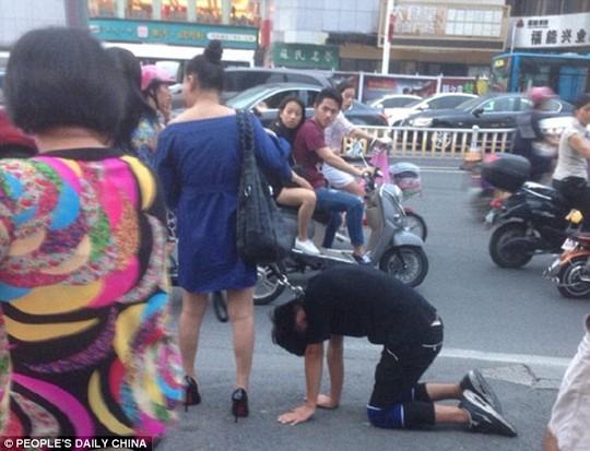 Không rõ lý do gì khiến chàng trai hành động khó coi như vậy. Ảnh: Peoples Daily Online