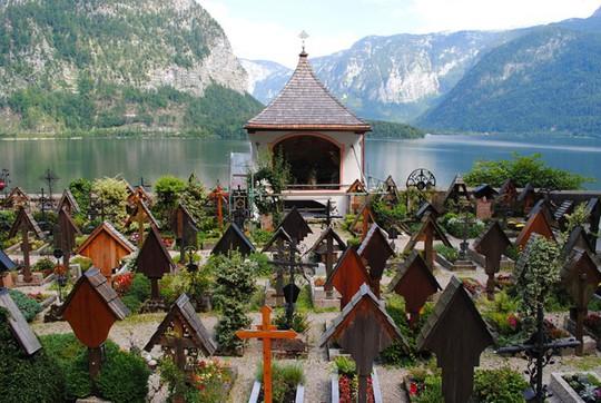 Ngôi nhà xương sọ nằm trong lòng thị trấn Hallstatt xinh đẹp. Ảnh: Thesun.