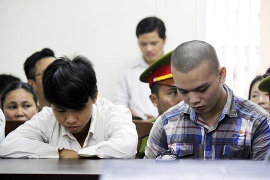 Hai bị cáo Tấn (bên trái) và Tuấn tại tòa.