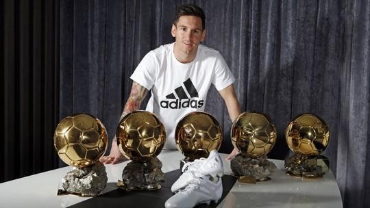 Messi với bộ sưu tập 5 Quả bóng vàng (4 FIFA và 1 châu Âu)