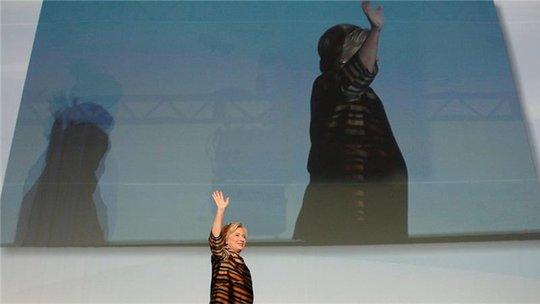 """Bà Clinton trở lại chiến dịch chạy đua vào Nhà Trắng trong âm thanh của bài hát kinh điển """"I Feel Good"""". Ảnh: Reuters"""