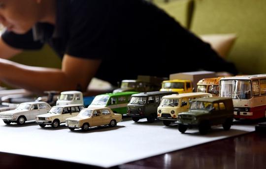 Anh Nguyễn Hoàng Anh, người sưu tầm xe ôtô mô hình từ năm 1998, hiện sở hữu bộ sưu tập dòng xe của Liên Xô và các nước Đông Âu (cũ) như Uaz, Lada, Volga, Ikarus, Raf, Hải Âu, Ifa... Một chiếc xe mô hình giá giao động từ vài trăm nghìn đến vài triệu đồng.