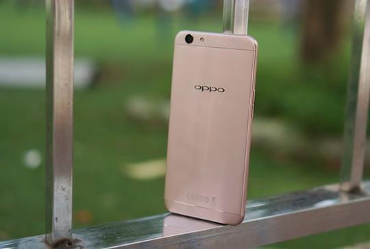 Oppo F1s hướng đến nhóm người dùng trẻ với thiết kế đẹp và camera selfie độ phân giải cao.