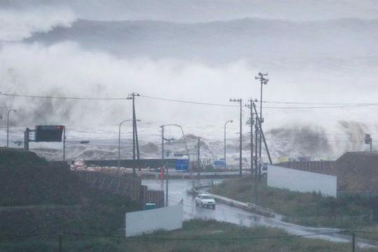 Sóng cao tại thành phố biển Ishinomaki hôm 30-8. Ảnh: REUTERS