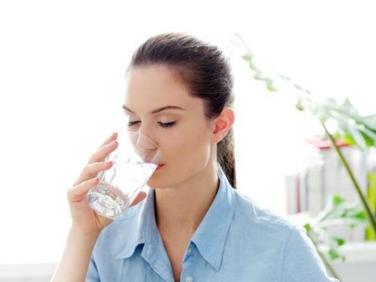 Uống nước buổi sáng là nguyên tắc để làn da đẹp.