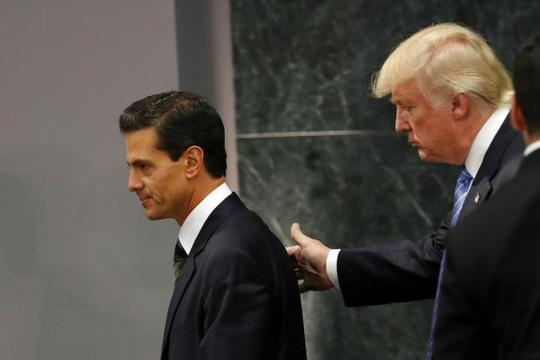Tỉ phú Donald Trump (phải) đã khiến các nhà quan sát chính trị kinh ngạc khi chấp nhận lời mời đến thăm Mexico của Tổng thống Enrique Pena Nieto. Ảnh: AP