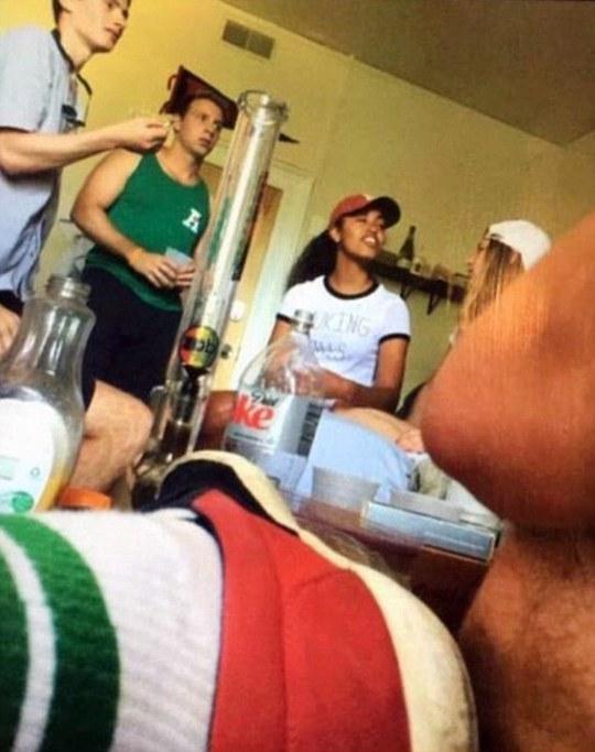 Con gái ông Obama bị bắt gặp đứng gần một bình thủy tinh dùng để hút cần sa. Ảnh: DAILY MAIL