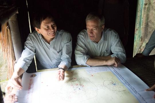 Đại sứ Osius và ông Nam thảo luận về lịch sử Điện Biên tại Sở Chỉ huy chiến dịch Điện Biên Phủ của Tướng Giáp