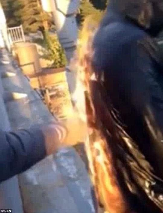 Châm lửa vào áo khoác Ảnh: CEN