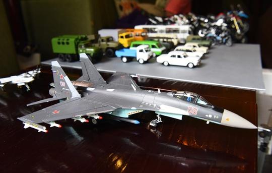 Máy bay chiến đấu khá to so với mô hình ô tô.