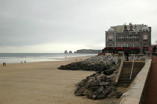 Hai tảng đá đôi trên bãi biển Hendaye, nơi thường xuất hiện các bóng ma phù thủy - Ảnh: wiki