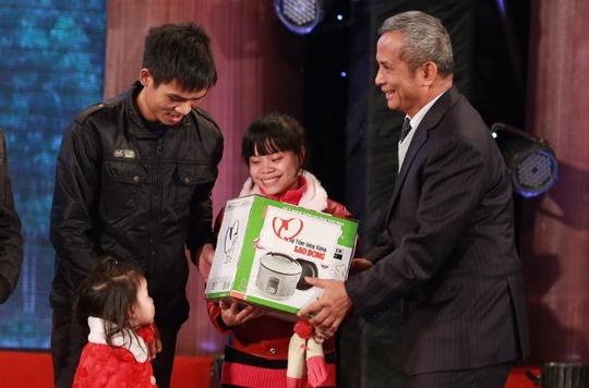 Chủ tịch Tổng LĐLĐ Việt Nam Đặng Ngọc Tùng trao quà từ Quỹ Tấm Lòng Vàng cho gia đình công nhân nghèo. Ảnh: Văn Duẩn