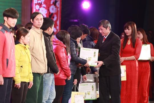 Ông Trần Thanh Hải, Phó Chủ tịch thường trực Tổng LĐLĐ Việt Nam, trao quà của chương trình Tết sum vầy cho công nhân có hoàn cảnh khó khăn