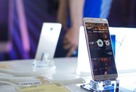 Theo các chuyên gia, các hãng di động khác sẽ gặp khó khi cạnh tranh với 2 đại gia Samsung, Oppo ở nhóm di động giá 6 triệu đồng. Ảnh: Thành Duy.