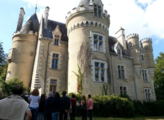 Du khách tham quan lâu đài Fougeret - Ảnh: nafeusemagazine