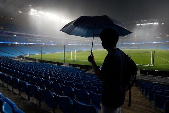 Mưa ngập sân, trận Man City - Monchengladbach bị hoãn