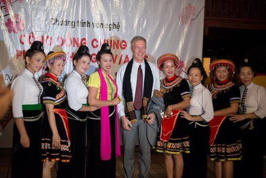 Nhóm múa trong chương trình biểu diễn chào mừng Đại sứ Osius