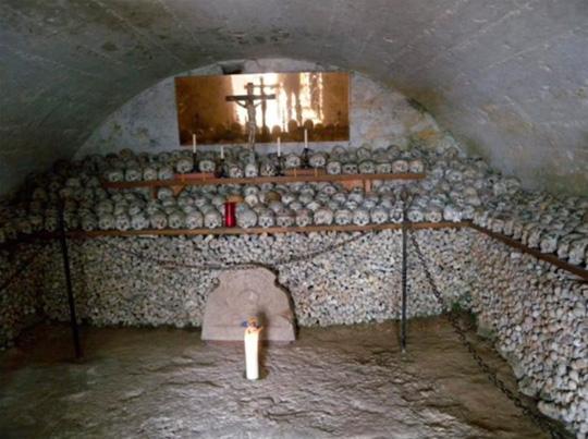 Ngôi nhà chứa đến hơn 2.000 bộ hài cốt được đào lên từ nghĩa trang Hallstatt. Ảnh: Weisserstier/Flickr.