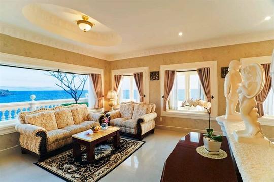 Từ phòng nghỉ và phòng khách, du khách có thể phóng tầm mắt về phía biển. Ảnh: iVIVU.com