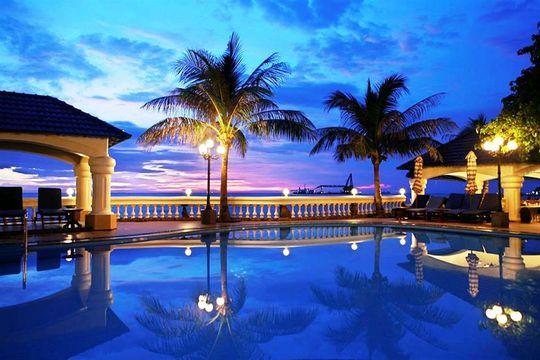 Hồ bơi xinh đẹp tại Lan Rừng Resort & Spa Vũng Tàu. Ảnh: iVIVU.com
