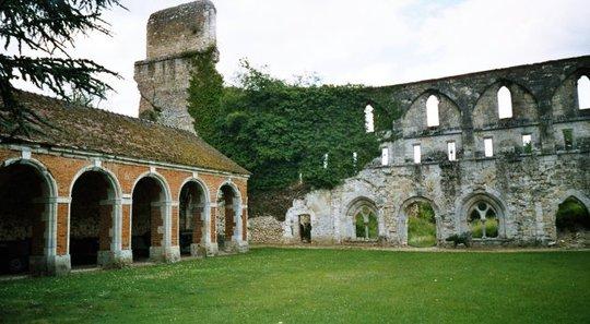 Một phần cánh của nhà tu kín và tháp chuông của tu viện - Ảnh: ekladata