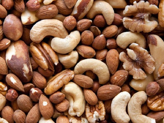 Danh sách thực phẩm giúp bạn đạt cực khoái tốt hơn cũng bao gồm các loại hạt. Các axit béo omega-3 trong các loại hạt có thể làm tăng nhiệt độ cơ thể, giúp cải thiện đời sống tình dục.