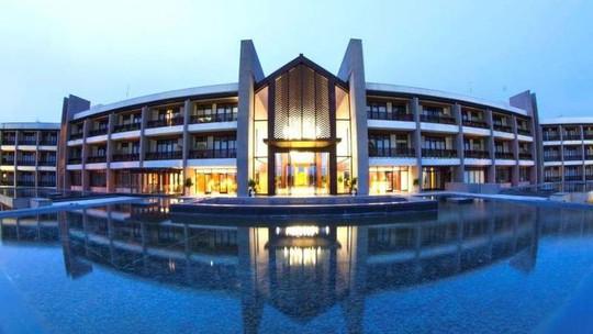 Khu hồ bơi cực lớn và sang trọng là điểm nhấn thú vị của nơi đây. Ảnh: iVIVU.com