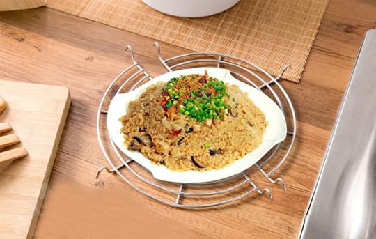 Tiếp đến là dụng cụ hấp cách thủy và giá đỡ cách nhiệt trên bàn ăn.