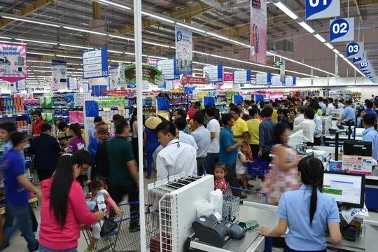Nhiều mặt hàng tại Co.opmart Bến Lức giảm giá sâu dịp 30-4 và 1-5