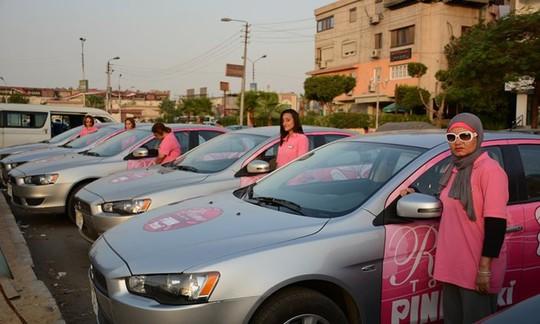 Những nữ tài xế của hãng Pink Taxi tại một khu vực ngoại ô thành phố Cairo, Ai Cập. Ảnh: Pink Taxi.