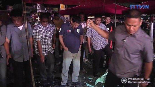 Tổng thống Philippines Rodrigo Duterte tại hiện trường vụ đánh bom hôm 2-9. Ảnh: Inquirer.net