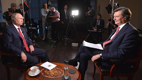 Tổng thống Nga Vladimir Putin trả lời phỏng vấn hãng tin Bloomberg hôm 1-9 Ảnh: KREMLIN.RU