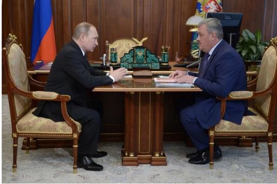Ảnh chụp cuộc họp giữa Tổng thống Nga Vladimir Putin và Tổng thống tạm quyền Cộng hòa Komi Sergei Gaplikov trong điện Kremlin. Nguồn: AP