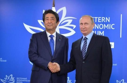 Tổng thống Nga Vladimir Putin (phải) gặp Thủ tướng Nhật Bản Shinzo Abe hôm 2-9. Ảnh: REUTERS