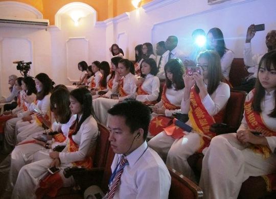 Các sinh viên lắng nghe bài phát biểu của Tổng thống
