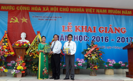 Bộ trưởng Trương Minh Tuấn đánh trống khai giảng năm học mới tại Trường THPT Đồng Hới