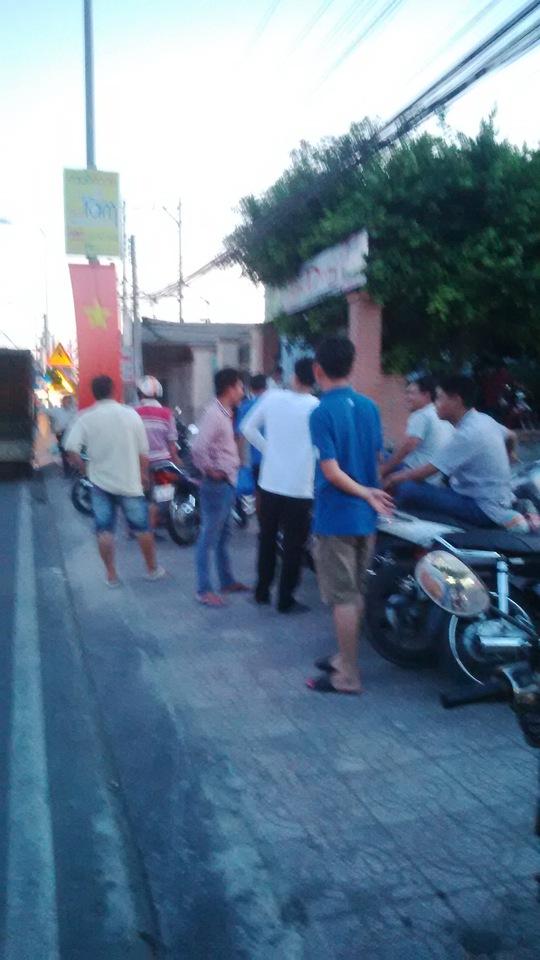 Đông đảo người dân theo dõi vụ trinh sát đột kích sòng bạc do nguyên đội trưởng CSGT tổ chức sát phạt